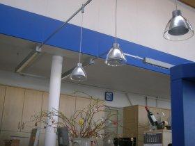 Schreibtischbeleuchtung mit Bildschirm-Arbeitsplatz-Raster - jeweils mit Einzel-Dimmern an jeder Langfeldleuchte