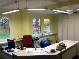 An den Schreibtisch angepasstes Leuchtensystem im Zuge einer Renovierung montiert